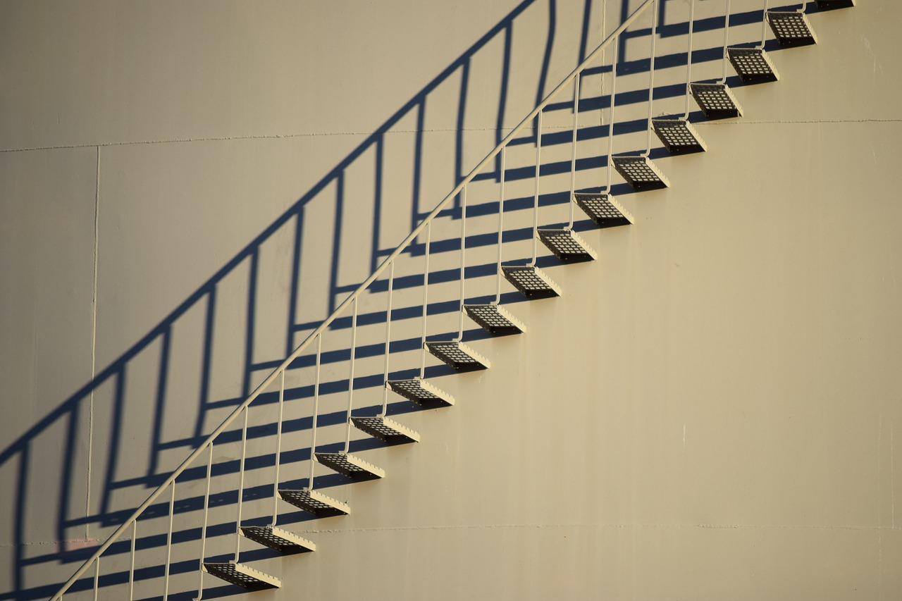 Eine Treppe und der Schatten dieser Treppe.